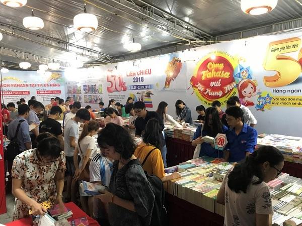Các gian hàng thu hút đông đảo độc giả đến tham gia