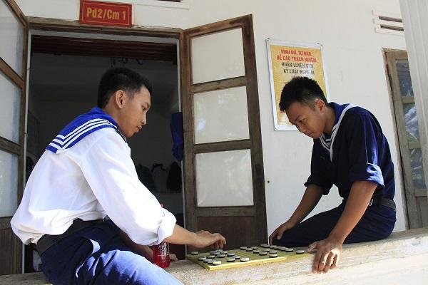 Hai chiến sĩ chơi cờ tướng giải trí sau giờ huấn luyện. Ảnh: Trường Phong