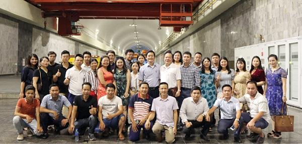 Đoàn Báo Đời sống và Tiêu dùng chụp ảnh kỷ niệm tại Nhà máy thủy điện Hòa Bình