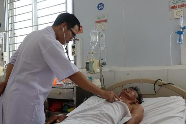 Bệnh nhân Đặng Xuân H.. đang được các bác sĩ thăm khám tại BVĐK tĩnh Hà Tĩnh.