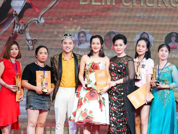 BTC trao giải cho các thí sinh