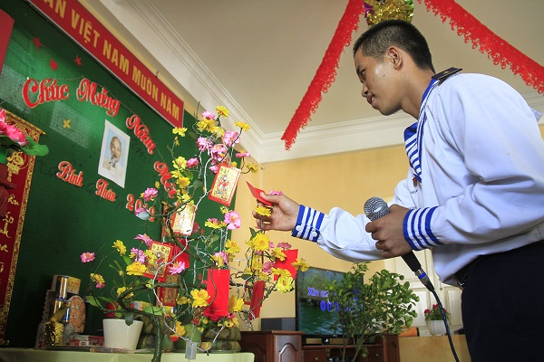 Một chiến sĩ hái hoa dân chủ dịp Tết ở Trường Sa. Ảnh: Trường Phong
