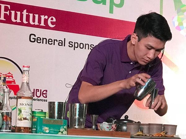 Nghệ nhân Nguyễn Viết Đại pha chế cùng với nguyên liệu là sản phẩm trà nhài túi lọc Vinatea