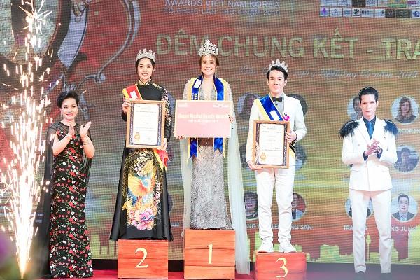 Các thí sinh được giải cao nhất đứng trên bục nhận giải