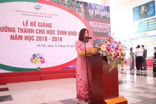 Cô giáo Đặng Huyền Phong, Hiệu trưởng Trường Tiểu học I-Sắc Niu- Tơn phát biểu tại lễ bế giảng năm học 2018-2019