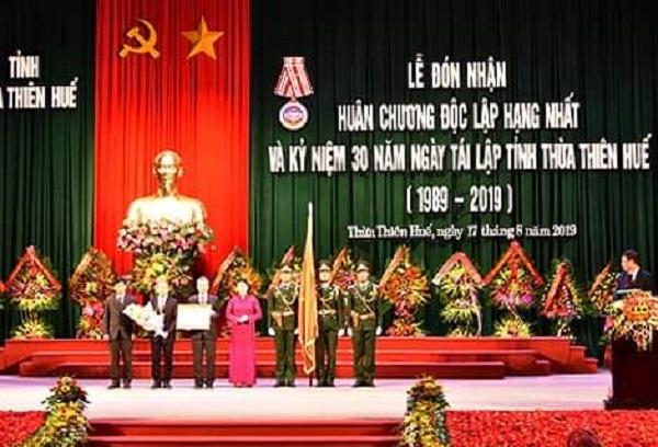 Chủ tịch Quốc hội Nguyễn Thị Kim Ngân trao Huân chương Độc lập hạng Nhất cho Đảng bộ, chính quyền và Nhân dân Thừa Thiên Huế