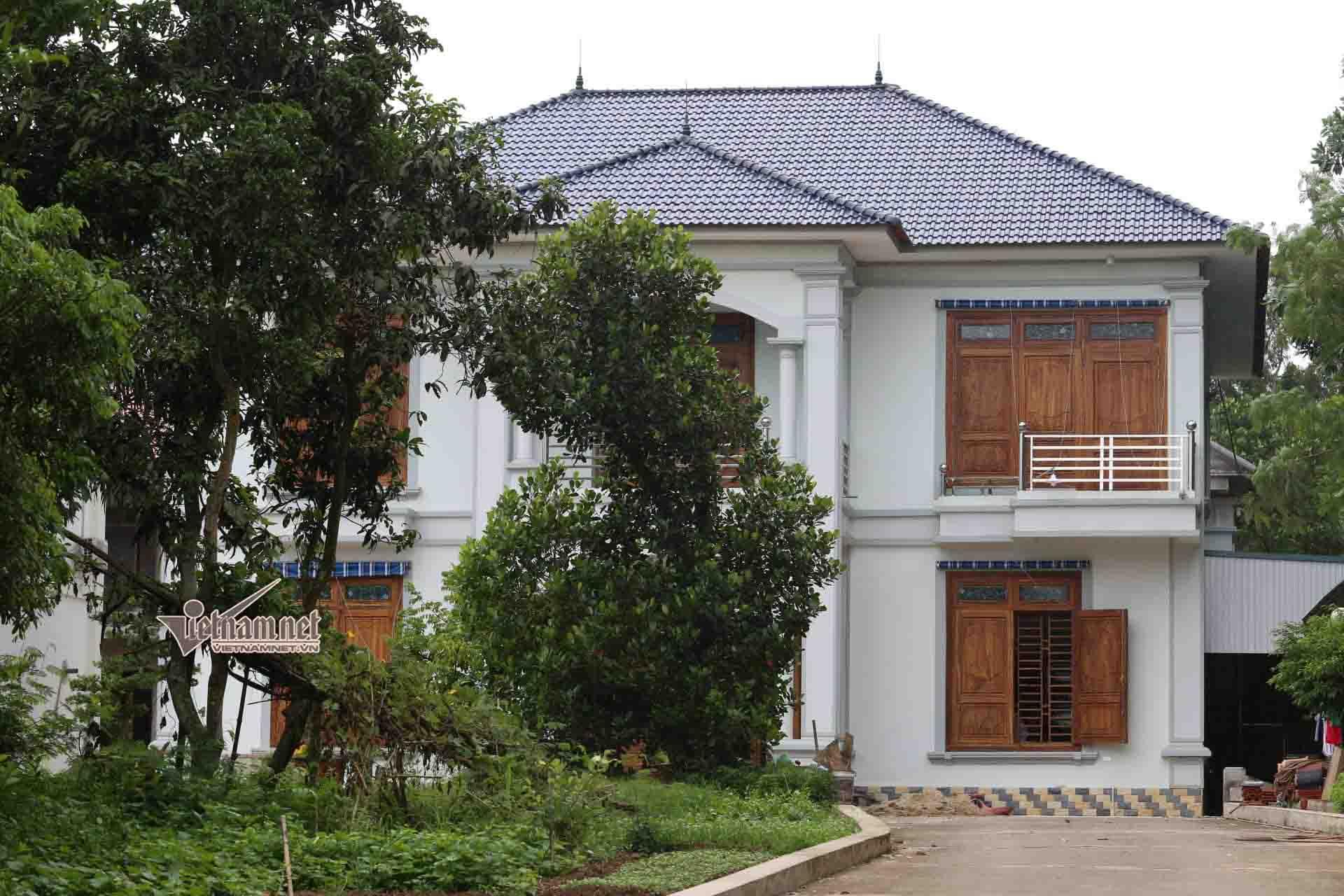 Ngôi biệt thự 2 tầng tại khu vực đất rừng trồng mía