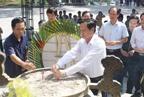 Bộ trưởng Bộ LĐ- TB&XH Đào Ngọc Dung (bên phải) và Phó Chủ tịch UBND tỉnh Hoàng Nam dâng hương các Anh hùng liệt sĩ
