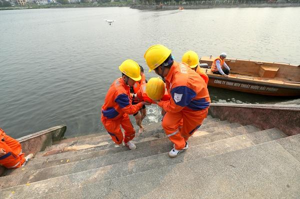 Sử dụng thuyền tiếp cận vị trí để đưa nạn nhân vào đất liền cấp cứu...