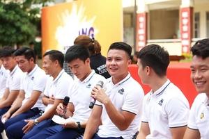 Quang Hải, Bùi Tiến Dũng đeo mặt nạ trung thu truyền cảm hứng tại Strong Vietnam