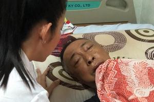 Phó Giám đốc Sở VHTT TP HCM đến bệnh viện động viên nghệ sĩ Lê Bình