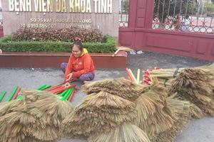 Nhóm phóng viên giúp người phụ nữ mù bán chổi góp tiền chữa bệnh
