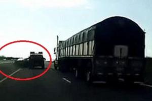 Clip: Xe bán tải chặn đầu ô tô con không cho vượt và cái kết thảm khốc
