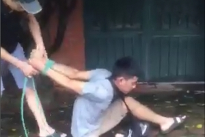 Hà Nội: Nghi trộm xe máy, nam thanh niên bị đánh bầm dập