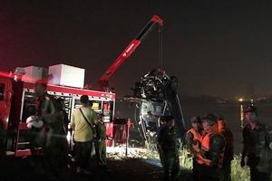 Tìm thấy 2 thi thể trong vụ Mercedes lao xuống sông Hồng