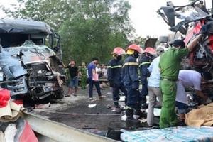Hai xe container biến dạng sau cú đấu đầu, 2 tài xế tử vong