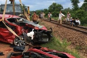 Xe con bị tàu hỏa tông bẹp dúm, tài xế tử vong
