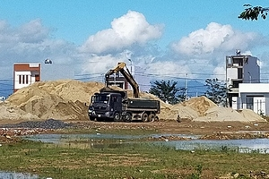 Đà Nẵng: Ai tiếp tay cho bãi tập kết cát trái phép trong khu đô thị?