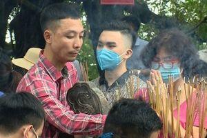 Ngàn người Hà Nội chen chúc nhau đi lễ phủ Tây Hồ giữa dịch COVID-19