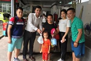 Cùng nhà xe Hà Tùng- Phú Thọ trao tặng những suất cơm đến những hoàn cảnh khó khăn