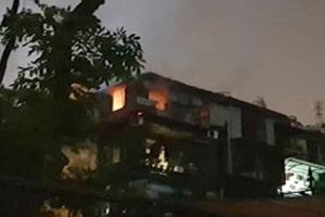 Cháy nhà tập thể trong đêm, cư dân hoảng loạn tháo chạy