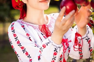 Lý Nhã Kỳ xinh đẹp hút hồn trong trang phục truyền thống Romania