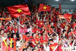 CĐV Việt Nam 'bùng cháy' ở chảo lửa Bukit Jalil, khán giả Malaysia phải ngước nhìn
