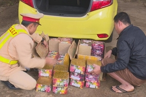 Đắk Lắk: Thuê taxi vận chuyển gần 100kg pháo
