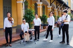 Bùi Anh Tuấn hát 'Bụi phấn', 'Người thầy'...trong sân trường Nguyễn Thị Minh Khai