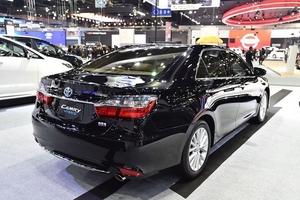 Toyota Camry giảm gần trăm triệu: Tranh nhau hàng dọn kho