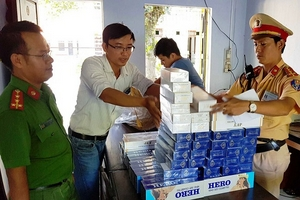 Huế: Bắt 900 gói thuốc lá ngoại nhập trên xe buýt