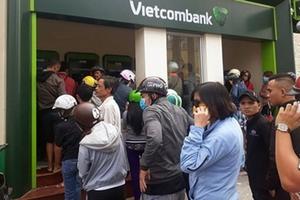 Chật vật rút tiền ATM mùa Tết