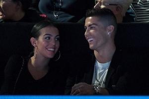 Ronaldo cầu hôn mỹ nhân bằng nhẫn kim cương trị giá 18 tỷ đồng