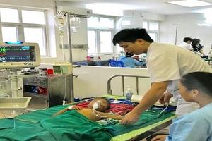 Cháu bé 5 tuổi bị sốc nhiễm trùng nghi do uống thuốc thầy lang