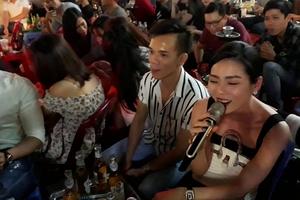 Lệ Quyên gây bất ngờ khi mượn loa hát tặng bạn bè tại phố Bùi Viện