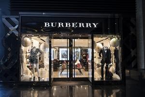 Vì sao Burberry quyết tiêu hủy 37 triệu USD hàng tồn chứ không hạ giá?