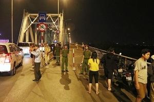 Toàn cảnh vụ xe ô tô 'xé toạc' lan can cầu Chương Dương lao xuống sông Hồng khiến 2 người tử vong