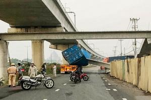 Dầm bê tông cầu bộ hành đè bẹp container ở TP.HCM