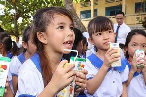"""Sữa học đường Hà Nội: """"Rẻ"""" liệu có """"chất""""?"""