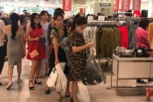 Trung tâm thương mại đông nghẹt khách mua hàng giảm giá