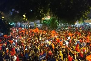 CĐV tưng bừng xuống đường mừng tuyển Việt Nam vô địch AFF Cup 2018