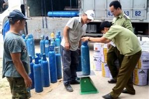 """Quảng Bình: Bắt giữ vụ vận chuyển trái phép gần 500kg """"khí gây cười"""""""