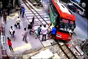 Vụ xe khách lao vào gác chắn tàu: Do tài xế cúi xuống nghe điện thoại