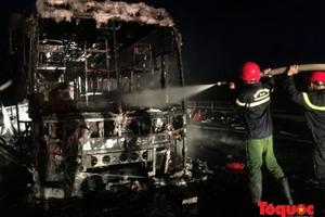 Xe khách đột ngột bốc cháy, hàng chục hành khách đạp cửa thoát thân