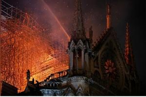 Cháy lớn tại Nhà thờ Đức Bà ở Paris