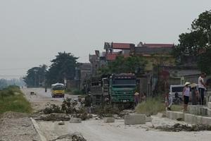 Người dân mang đá, gỗ ra chặn đường vì ô nhiễm