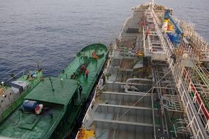 Bắt 2 tàu có nghi buôn lậu xăng trái phép trên biển