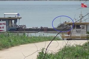 """Hà Nội: Tàu lạ """"dàn trận"""" khai thác cát ở bến đò Chu Phan"""