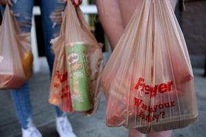 Chuyện doanh nghiệp hưởng ứng khẩu hiệu 'bỏ túi nilon' hay 'bỏ ống hút nhựa' một cách nửa vời để đánh bóng thương hiệu