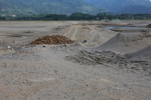 """Doanh nghiệp """"tự ý"""" mở đường khai thác cát sai phép: Nhà chức trách Phú Thọ nói gì?"""